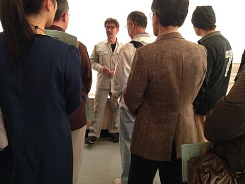 中央で真面目な顔で解説をする高橋さん。