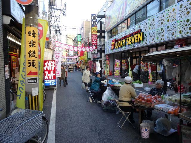 西新商店街名物のリヤカーでの出店がどことなく日本でありながらアジアっぽい
