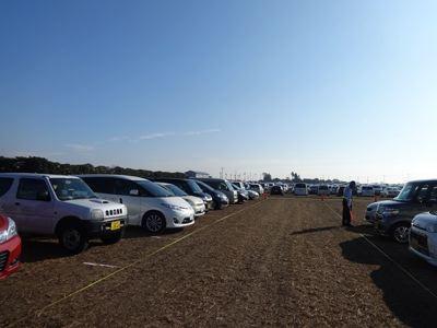 でも開場の9時の時点で、車が結構いっぱい! 午後来たらヤバイだろうなあ、という光景。