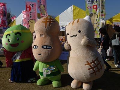 左から、千葉のうめ丸くん、Pマン、ぴーにゃっつ。ぴーにゃっつは私の推しキャラであります。1000円分グッズを買って、カレンダーを貰ったよ!! やっぱりお祭りでは金を使いたくなるね!!