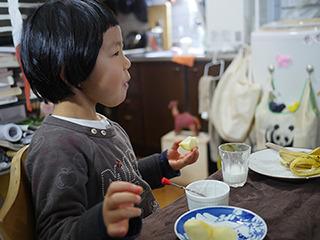 娘が食べたリンゴはお父さんがさんざん罵倒したリンゴである。味は普通。