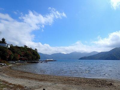 秋の風が吹く、けれど紅葉はまだ始まっていない中禅寺湖畔。