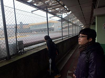 一応レース場を眺める後輩。「やってないですね」「雨だしね」