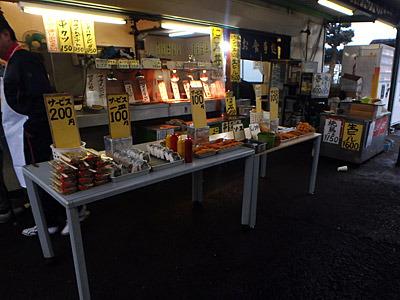 レース場をぐるりと一周してくると、入り口横の売店が安売りをはじめていた。