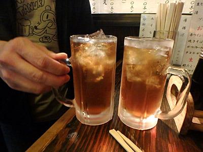 同じドリンクをおかわりをすると、飲んでいたジョッキにそのまま入れられるのだが、氷が減っている分、おかわりの方が中身が多くてお得だと力説する先輩。
