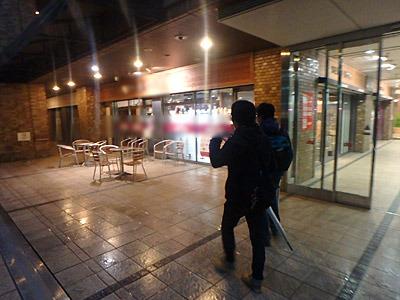 店内のイートインスペースならぬ、店外のイートアウトスペース。寒いので人の気配ゼロ。