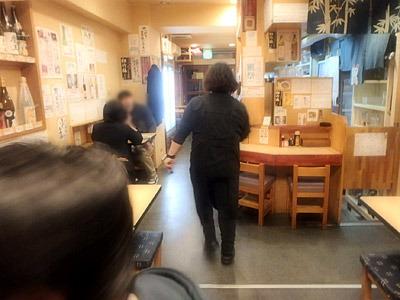 「写真はいくら撮ってもいいけど注文もしてね!」と店のおねえさん。この店員と客のフラットな関係がうれしい。