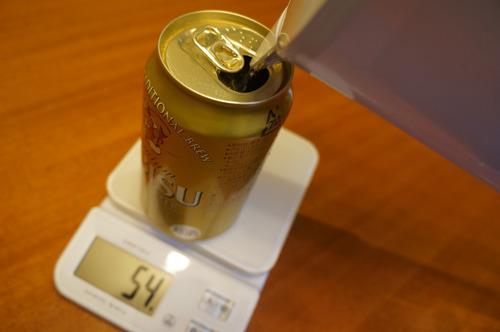 カラのビールの缶に、160グラムの水をそそぎます