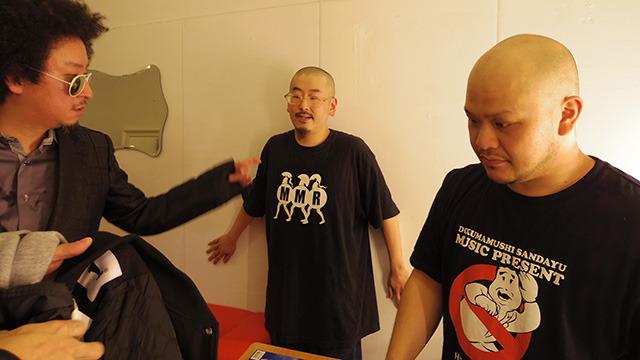 写真左から、CHOP STICKさん、丸省さん、高野政所さん