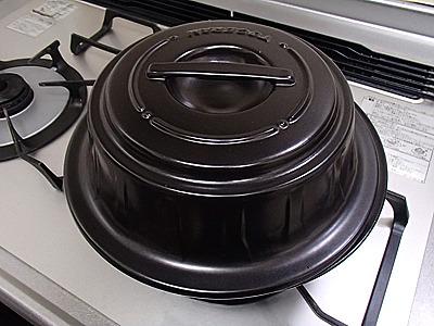 トーセラム燻製鍋。燻製チップ付きで5、6千円で買えます。とても便利。