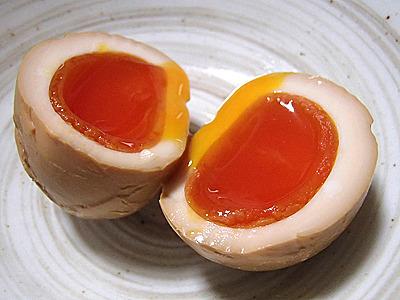 味付き玉子に独特の香りがつき、表面はプリッと弾力があって中はトロトロ。燻製玉子はうまい。