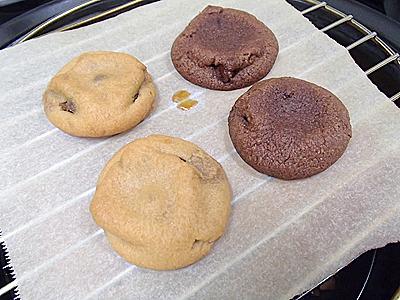 チョコが溶けて流れ出しても大丈夫なようにオーブンシートを敷きました。