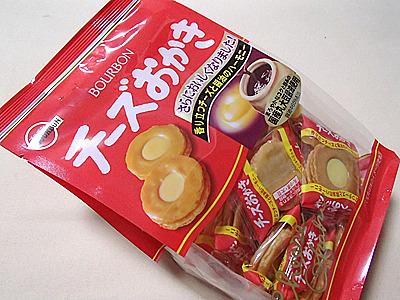 チーズおかき。昭和59年発売だそうです。お菓子としてもおつまみとしても楽しめる。