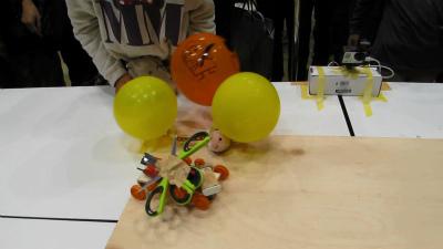 その後ジリーちゃんは後退、障害物を失った危ないボットはそのまま場外へ