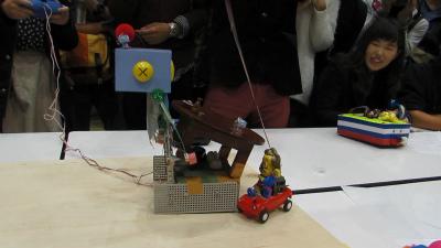 しかしその後、方向転換できないはずのマックラ○オンは、ケーブルを引っ張っての無理やりな操縦で、クーちゃん初号機のサイドへ抜けた!やった!