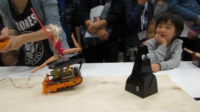 再び間合いを置く2体。ポールダンスロボ2は回転する人形の遠心力に振り回され、かなり足元が不安定、かつコントロールも効かない