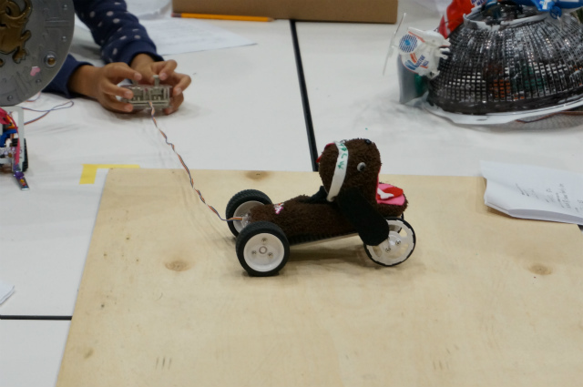 天才パイロットが操る犬型ロボット。なんと奇しくもこちらも材料は靴下であった。