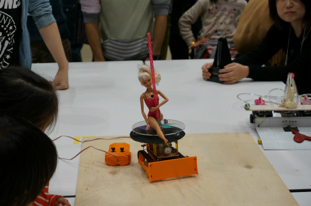 ポールダンスロボ2(アニポールきょうこ・第6回) ポールダンスをテーマにしたロボで、7月のヘボコンに出場したロボットの続編。人形が高速回転するネタ系かと思いきや、動かしてみるとすごい機能が