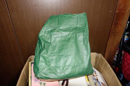 さらに、本の隙間にこんな紙袋も入っていました