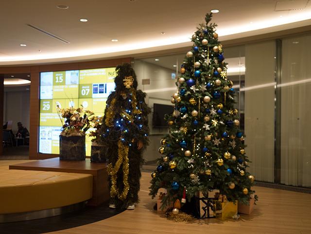 ニフティ受付スペースにあるきれいなクリスマスツリーと並んでみた