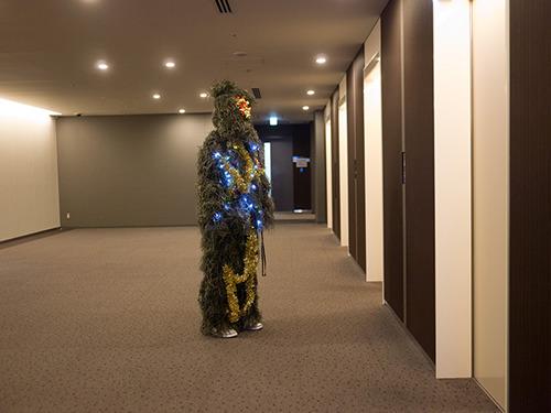 エレベーターを待つクリスマスツリー