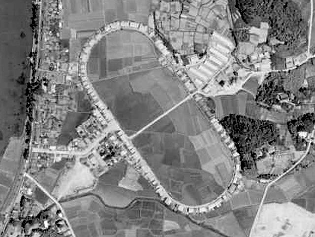 11年後の1958年の様子。びっしとコースに沿って建てられている(国土地理院「地図・空中写真閲覧サービス」より・整理番号・CG584YZ/コース番号・P25/写真番号・21/撮影年月日・1958/05/19(昭33)より)