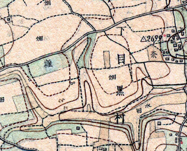 現在の道の走り方は、競馬場ができる前の畑と雑木林の地割りと同じだ(iPhone アプリ「東京時層地図」明治9年-19年より)