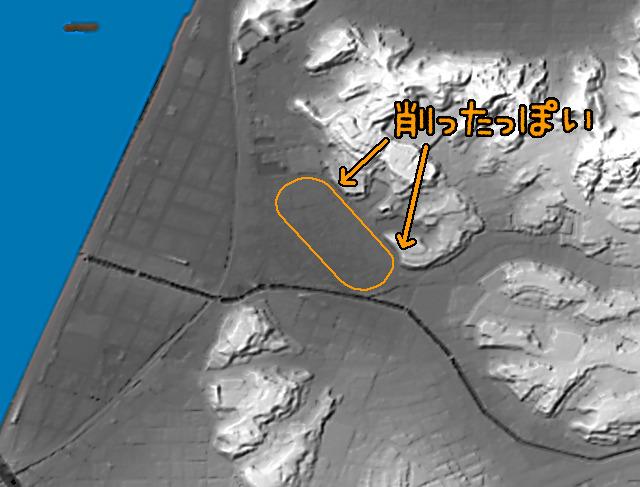 一方、浜乃木競馬場の地形を見てみると、真っ平ら。しかもそのために丘を削ったのではないかという跡まである。