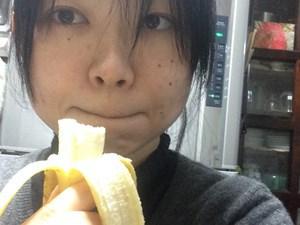 バナナを食べている人もゴリラっぽく見える。