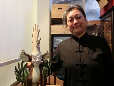 貴重な品を見せていただいた店舗主任の芳賀由美さん