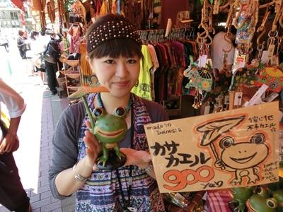 MALAIKAの鈴木さん。おすすめのカサカエル(900円)とパチリ