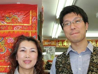 代表取締役の洪益芬(こう・えきふん)さん(左)と、常務の林子傑(りん・こけつ)さん