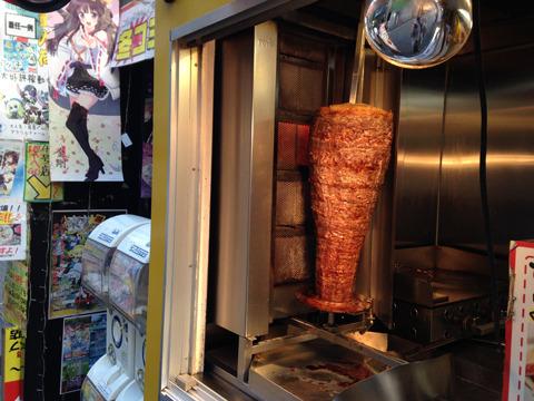 ケバブデビューを目指し、例の豪気な肉の前に並ぶ。(横にアニメ絵)