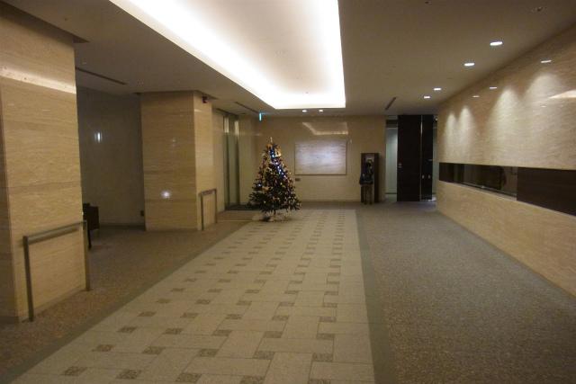 でかいエントランスホール、クリスマスソングのBGMが……