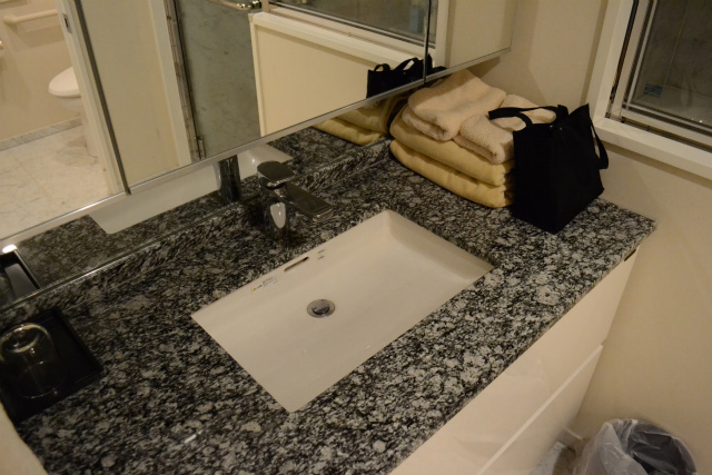 大理石製のやたら広い洗面所