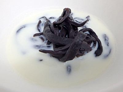 牛乳でオレオのクリームを溶いた冷たいスープに、茹でてから水で洗ったココアクッキー麺。白い器と同化するね。