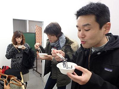 「杏仁豆腐?バニラ?オレオか!」と、中央の安藤さん。 「ココナッツ?よくわからないけれど違和感なくうまいですよ」と、右の小野さん。