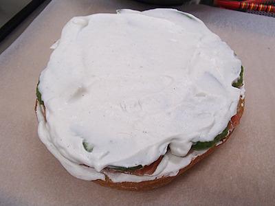 アボカドやサーモンが見えなければ普通のケーキと大体同じ。