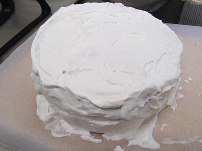 回転する台があればクリームを綺麗に塗れるのですが、そんなものは無いので適当に塗っています。