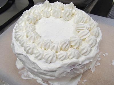ケーキのデコレーションは初体験。まあまあなんとかなった。