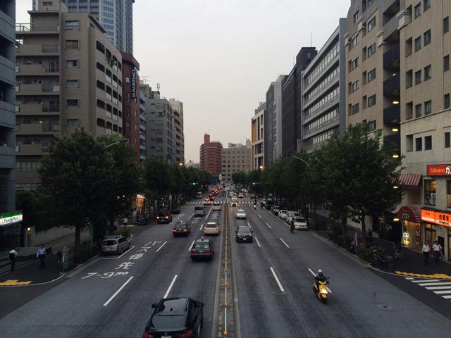 新宿一丁目あたりの靖国通り歩道橋から四谷方面(出題:大貫たまき)