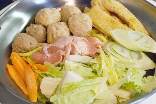 鶏肉、鶏だんご、キャベツなど、オーソドックスなちゃんこ鍋