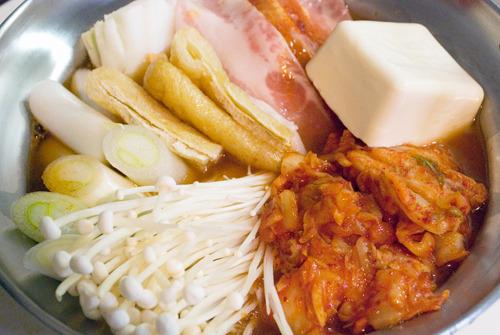 キムチはゴマ油で炒めてから鍋に投入すると、より旨くなるそうです