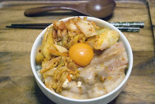 ごはんの上にドンして、卵をポトリ。松屋のメニューにありそうな「キムチ鍋ドン」