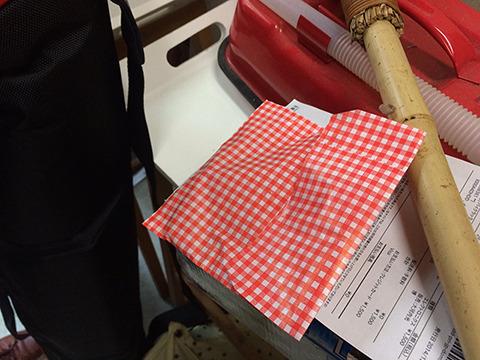 メリケンサックはギンガムチェックの袋に入っていた