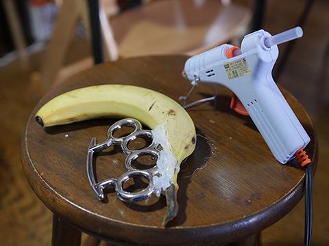 バナナはかなり重い。ホットボンドでむりやりくっつけた。