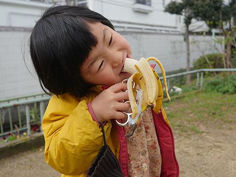 娘もたまらず食わせてくれとせがむ。戦争を知らない子どもたちである。
