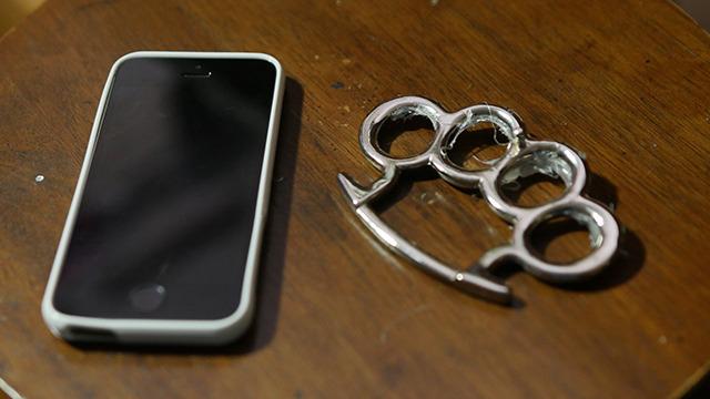 メリケンサックがついた携帯電話のケースもあるらしい