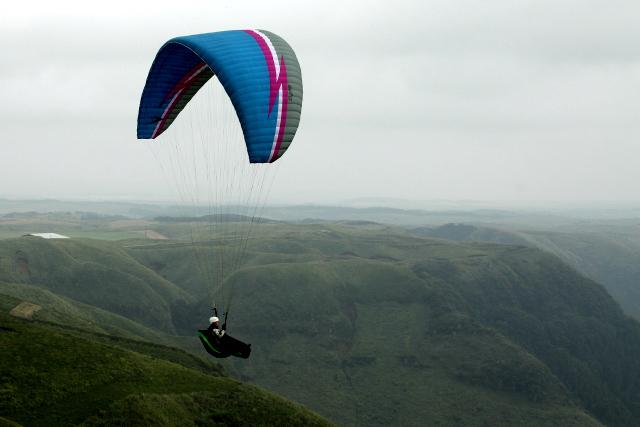 崖の上からパラグライダーで飛び立つ人がいて、注目を集めていた