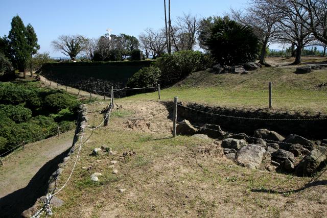 重税に耐えかねた人々がキリシタンと共に蜂起し、立て籠もった原城